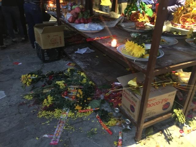 Mặc dù Ban tổ chức thuê 6 người túc trực thường xuyên thu rọc rác, tuy nhiên nhiều du khách vẫn xả rác bừa bãi