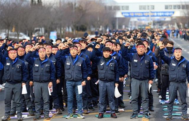 Các công nhân tại nhà máy của GM Korea ở Gunsan