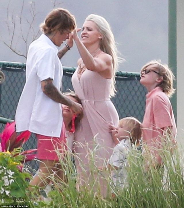 Selena Gomez đẹp rạng ngời trong đám cưới của cha ruột Justin Bieber - 22