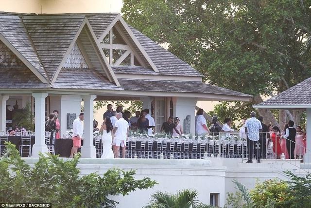 Đám cưới của cha Justin Bieber diễn ra ấm cúng và lãng mạn.