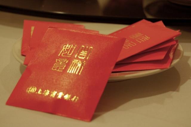 Truyền thống mừng tuổi bằng phong bao đỏ ở Trung Quốc (Ảnh: Wechat)