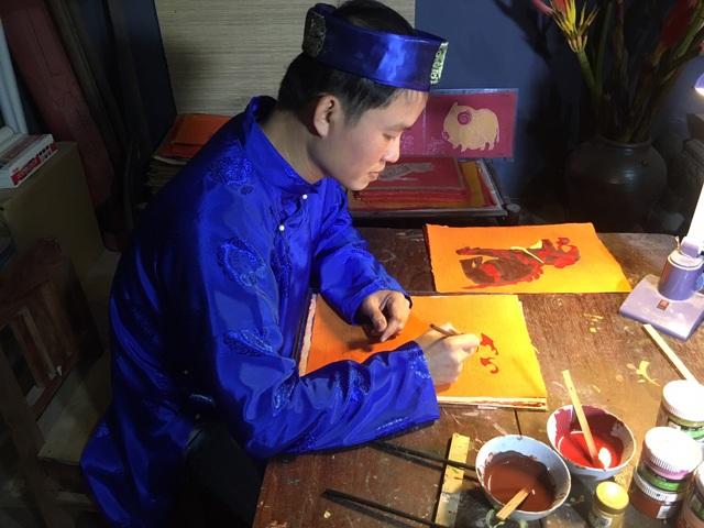 Nghệ nhân làng Kim Hoàng đang nỗ lực phục hồi lại dòng tranh từng làm rạng rỡ xứ Đoài. Ảnh: Tùng Long.