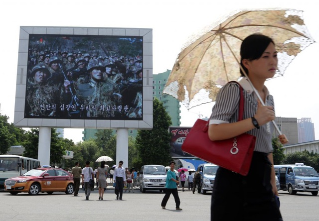 Một người phụ nữ rảo bước trên đường phố ở Bình Nhưỡng. (Ảnh minh họa: Getty)