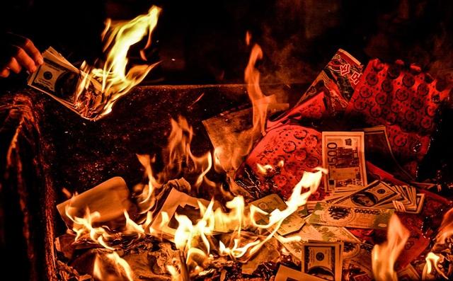 Cục Văn hoá Cơ sở yêu cầu xử lý nghiêm các trường hợp đốt vàng mã vô tội vạ gây ô nhiếm môi trường... Ảnh: TL.