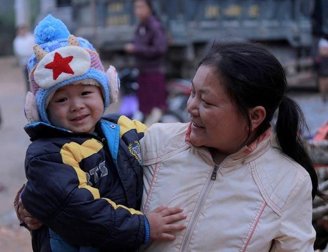 Nụ cười hồn nhiên của bé Lanh sưởi ấm trái tim của mọi người trong tiết trời lạnh giá của vùng cao.