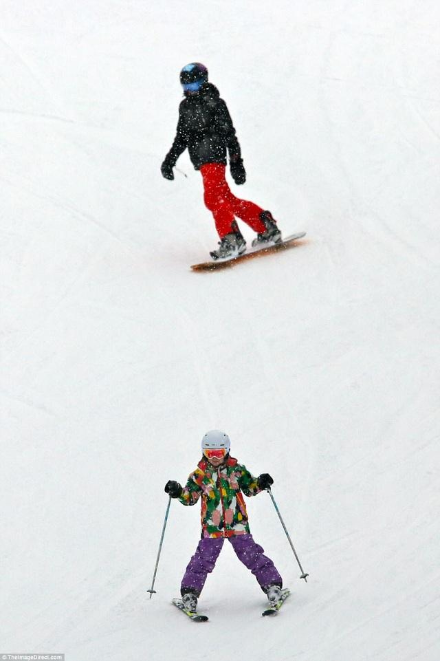 Cô nhóc trông rất chuyên nghiệp khi vui đùa trên tuyết trắng