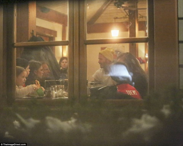 Vic - Beck cùng gia đình thưởng thức bữa tối tại một nhà hàng gần khu trượt tuyết sau đó ít giờ