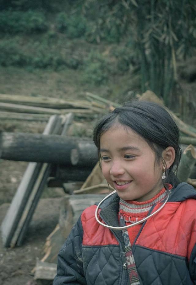 Cùng ngắm nhìn những hình ảnh xinh xắn của em bé H'Mông.