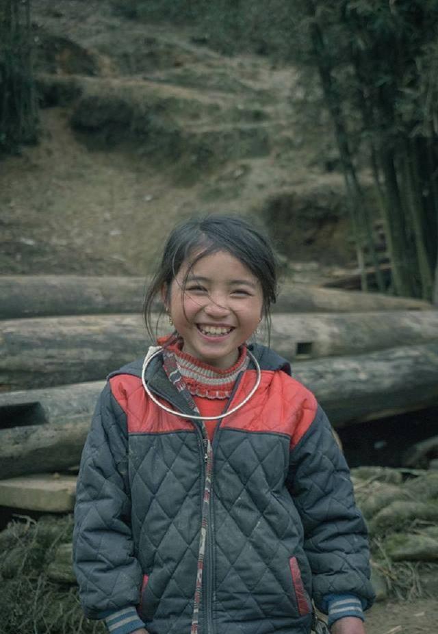 Cô bé Tỏ xinh tựa thiên thần sở hữu nụ cười tỏa nắng