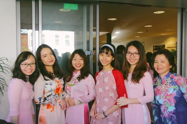 Các nam thanh, nữ tú khoe sắc những tà áo dài truyền thống của dân tộc.