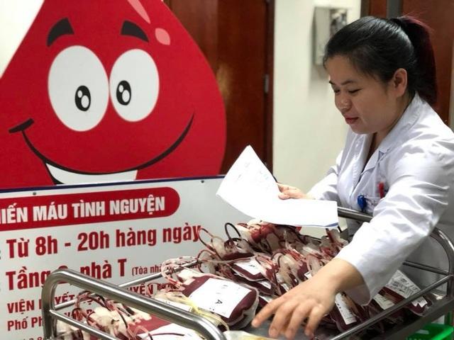 Những đơn vị máu đầu tiên thu được từ chính cán bộ y tế dành cho cấp cứu, điều trị cho người bệnh. Ảnh: H.Hải