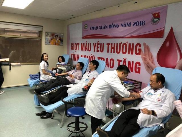 Cán bộ y tế của Viện tham gia hiến máu. Ảnh: H.Hải