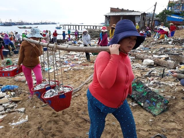 Mùa cá cơm giúp phụ nữ miền biển kiếm từ 150.000 - 200.000 đồng từ nghề gánh cá thuê