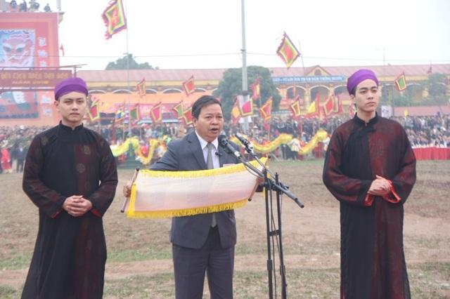 Ông Nguyễn Xuân Đông - Chủ tịch UBND tỉnh Hà Nam đọc sớ dâng vua Lê Đại Hành