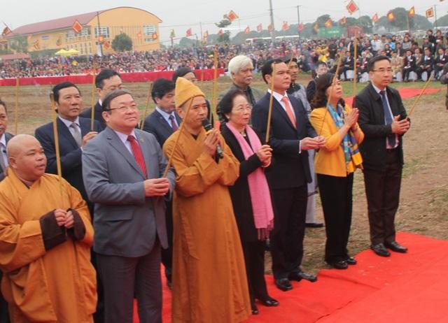 Nguyên Phó chủ tịch nước Nguyễn Thị Doan, Chủ tịch Hội Khuyến học Việt Nam cùng các lãnh đạo bộ, ban, ngành, địa phương dâng hương linh vị vua Lê Đại Hành và Thần Nông