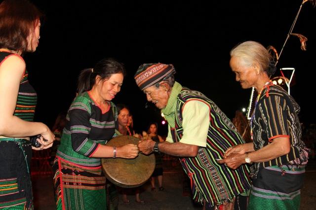 Già làng trao vòng sức khỏe cho người tham dự