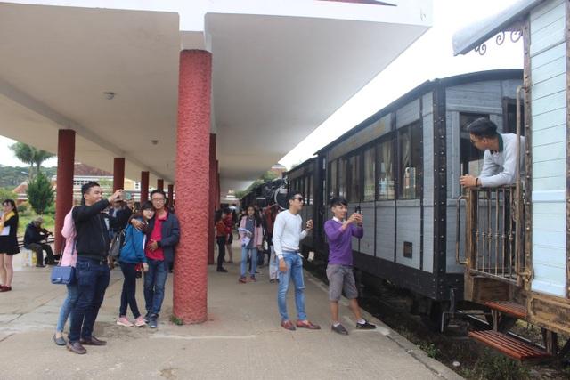 Du khách tham quan Ga xe lửa cổ Đà Lạt