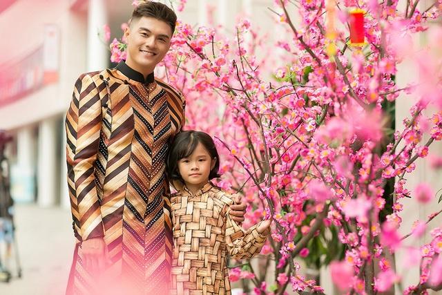"""Lâm Vinh Hải chia sẻ: """"Linh Chi cho rằng đây là cách duy nhất để tôi ghi lại khoảnh khắc đẹp với người thân. Cô ấy là người tổ chức buổi chụp ảnh để bé Kỳ Kỳ có khoảng thời gian thật vui vẻ bên bố""""."""
