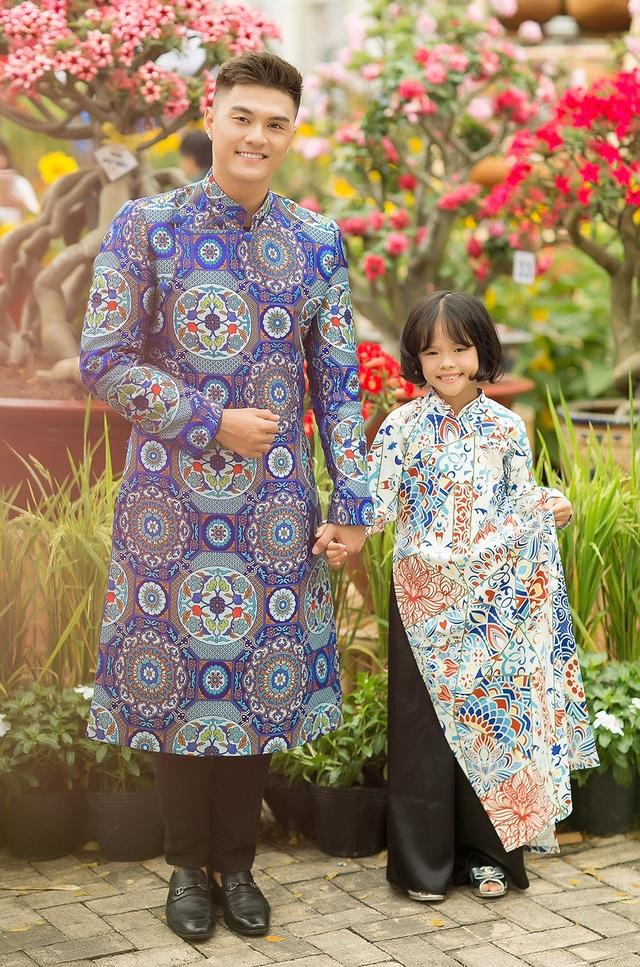 Trong bộ ảnh mới, Lâm Vinh Hải và con gái cùng diện những thiết kế áo dài họa tiết truyền thống khá bắt mắt. Đây cũng là lần đầu tiên Quán quân Thử thách cùng bước nhảy mùa đầu chụp ảnh Xuân cùng con gái Kỳ Kỳ sau ồn ào ly hôn Lý Phương Châu.