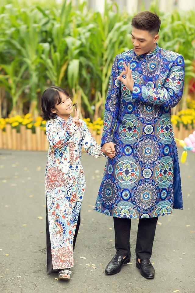 Nam vũ công thú nhận, anh không có ý định thực hiện bộ ảnh Tết cùng con gái. Bé Kỳ Kỳ là người mong muốn được chụp ảnh cùng bố.