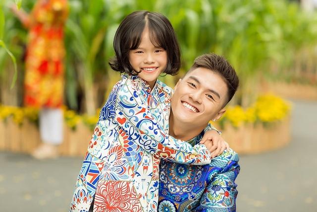 Bộ ảnh mới của Lâm Vinh Hải và con gái được thực hiện trước Tết Nguyên Đán, nhưng đến mùng 5, nam vũ công mới chính thức giới thiệu đến người hâm mộ.