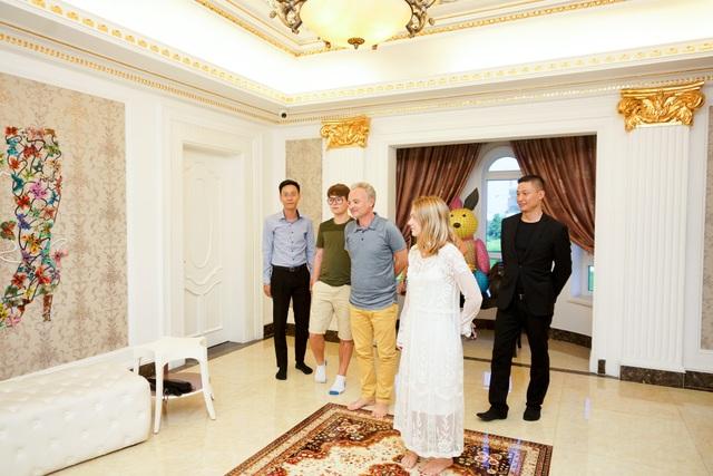 Các thành viên của gia đình Marc Missonnier đã nói chuyện rất vui vẻ và thích thú khi tham quan phòng nghỉ dưỡng được Lý Nhã Kỳ bố trí.