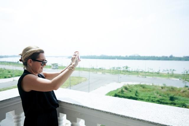 Bà Marc Missonnier hào hứng đưa điện thoại ra chụp ảnh.