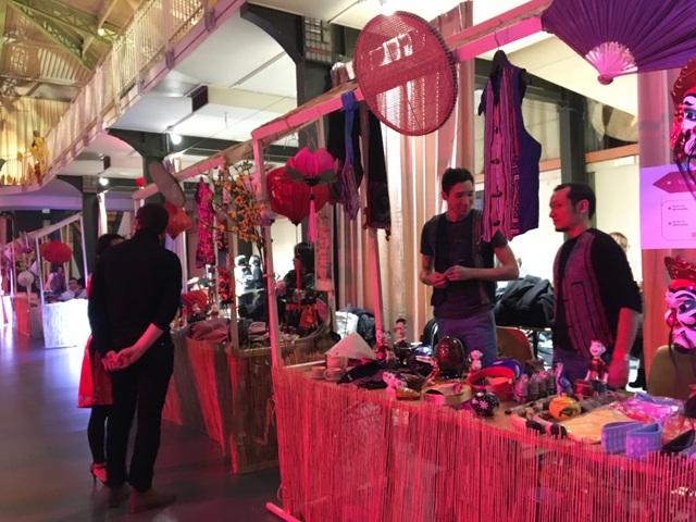 Các gian hàng bày bán các món đồ thủ công xinh xắn, các món truyền thống của Việt Nam, gian trưng bày và giới thiệu của các Hội đoàn cũng là điểm ghé chân của rất nhiều khách tới dự... Gần 700 tình nguyên viên và các bạn trẻ cũng có không gian của riêng mình với sân khấu nhạc trẻ, hát karaoke, khiêu vũ sôi động đến 2 giờ sáng...