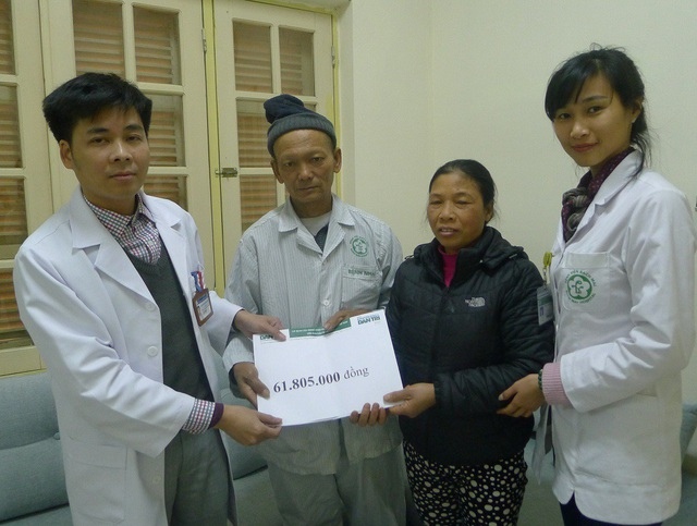 Bác sĩ Nguyễn Quang Hùng – Phó khoa ung bướu trao tận tay vợ chồng anh chị số tiền 61.805.000 đồng.