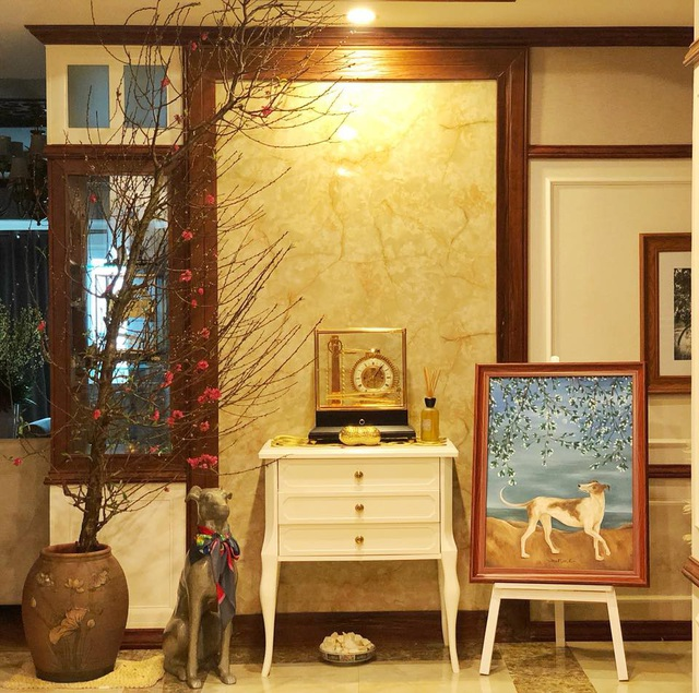 Nhà của ca sĩ Phạm Thu Hà toát lên vẻ sang trọng và hiện đại. Những bức tranh và tượng chó là góc nhà mà ca sĩ Phạm Thu Hà rất thích bởi đó là vật nuôi tượng trưng cho tuổi của cô.