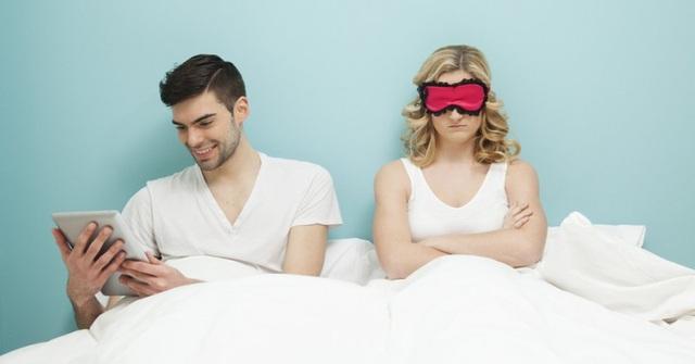 """Theo các chuyên gia nam học, không ít trường hợp vợ chồng hờ hững với nhau vì 1 trong 2 người """"nghiện"""" phim khiêu dâm. Ảnh minh họa"""