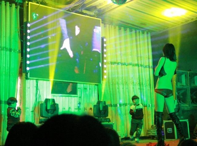 Trào lưu thuê vũ nữ thoát y đến góp vui trong đám tang ở Trung Quốc - 1