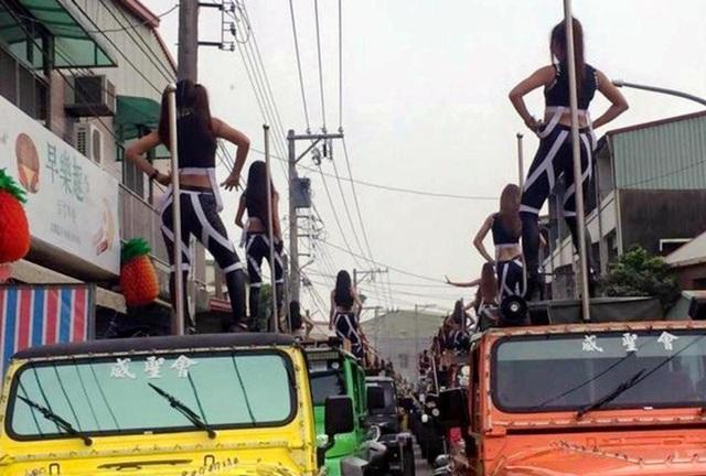 Hơn 50 vũ công thoát y đứng biểu diễn trên nóc xe Jeeps trong một buổi tang lễ ở Đài Loan