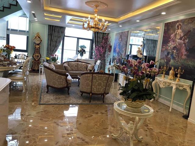 Không gian nhà của ca sĩ Tân Nhàn - Tuấn Anh ngập tràn hoa tươi. Đồ nội thất trong nhà toàn đồ cao cấp và được bài trí rất tinh tế.