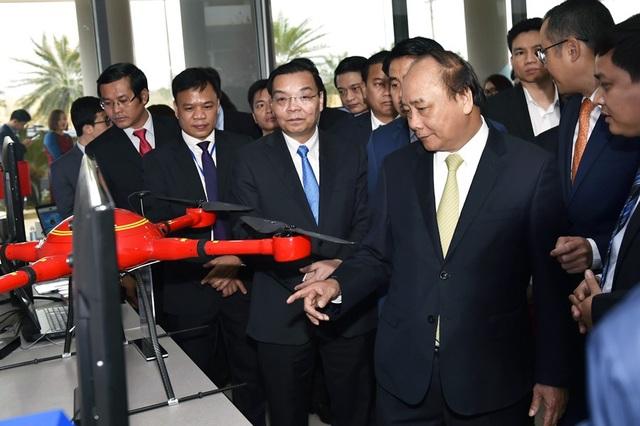 Thủ tướng thăm một đơn vị sản xuất các sản phẩm công nghệ cao tại Hoà Lạc