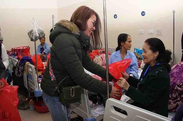 Bạn trẻ góp niềm vui xuân tới bệnh nhân ung thư - 5