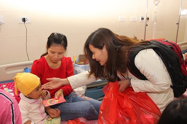 Bạn trẻ góp niềm vui xuân tới bệnh nhân ung thư - 3