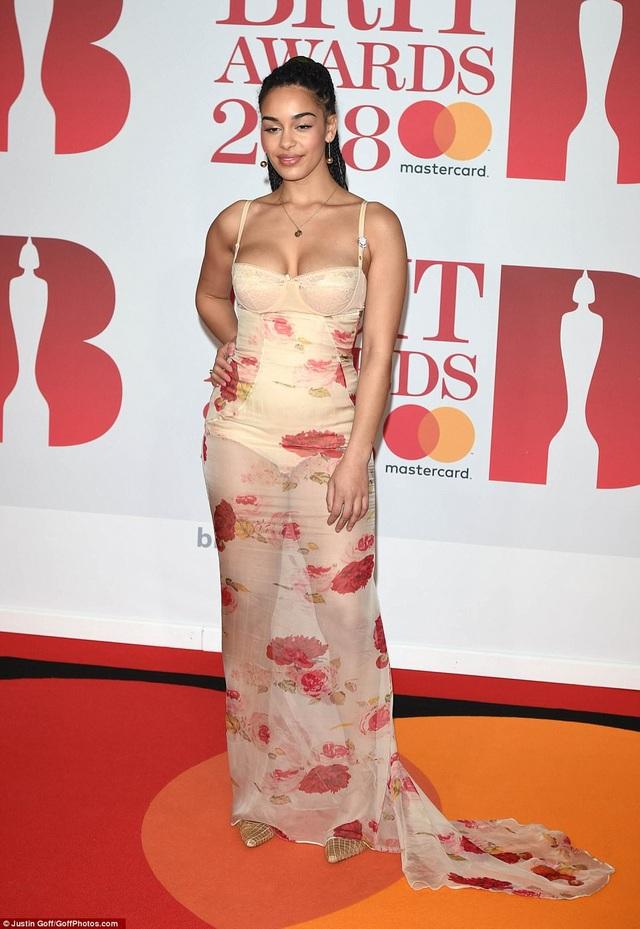 Bộ váy hoa biến Georgia Smith thành thảm họa thời trang