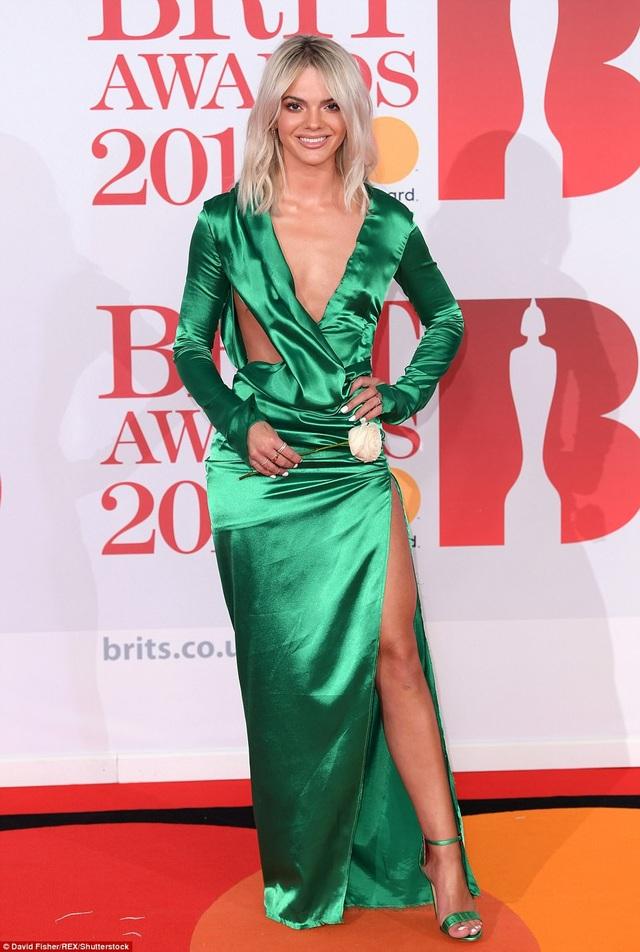 Louisa Johnson với bộ váy cắt khoét khó hiểu