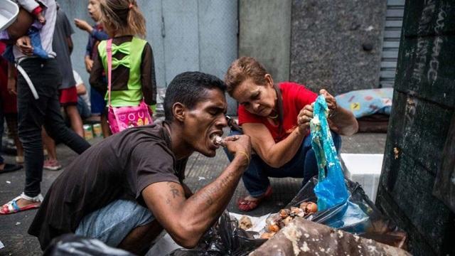 Người dân Venezuela từ lâu đã phải bới rác để tìm đồ ăn. (Nguồn: qcostarica)