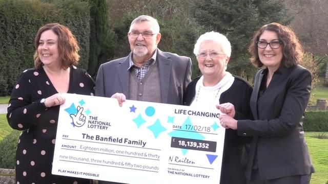 Vợ chồng ông bà Banfield sẽ chia sẻ khoản tiền thưởng gần 570 tỷ đồng cùng hai người con gái. (Nguồn: Bristol Post)