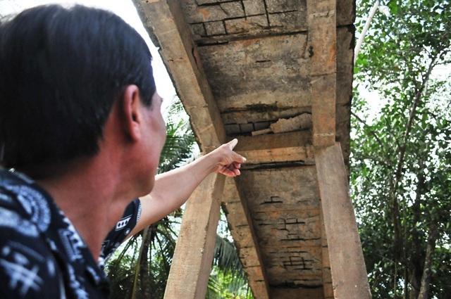 Ông Nguyễn Văn Tôn - Bí thư, kiêm trưởng ban nhân dân ấp Rạch Đùi chỉ những chỗ sàn cầu trơ khung sắt...