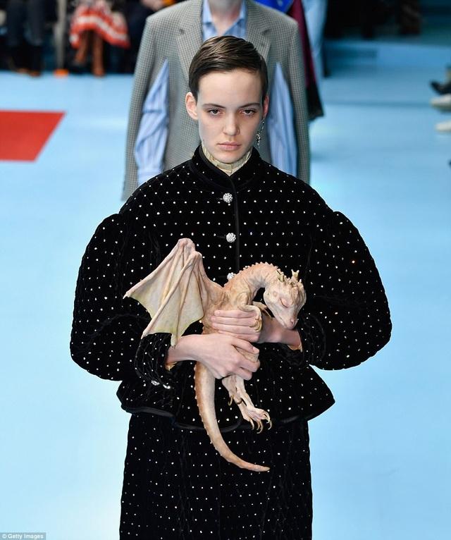"""Show diễn thời trang của một thương hiệu đình đám đến từ nước Ý vừa diễn ra vào giữa tuần qua tại Tuần lễ Thời trang Milan đã ngay lập tức rình rang khắp các mặt báo bởi sự """"quái chiêu""""."""