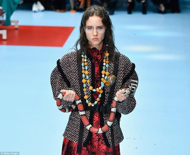 Một người mẫu thậm chí còn mang một con rắn lên sàn catwalk.