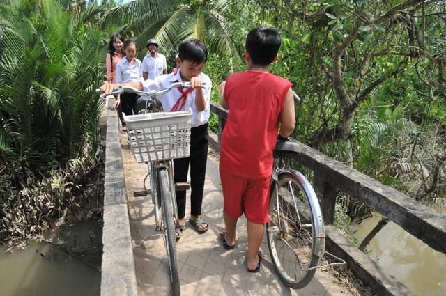 Mỗi lần qua cầu Rạch Đùi đến trường, các em học sinh đều nơm nớp nỗi lo rơi tõm xuống sông vì cầu nhỏ và xuống cấp