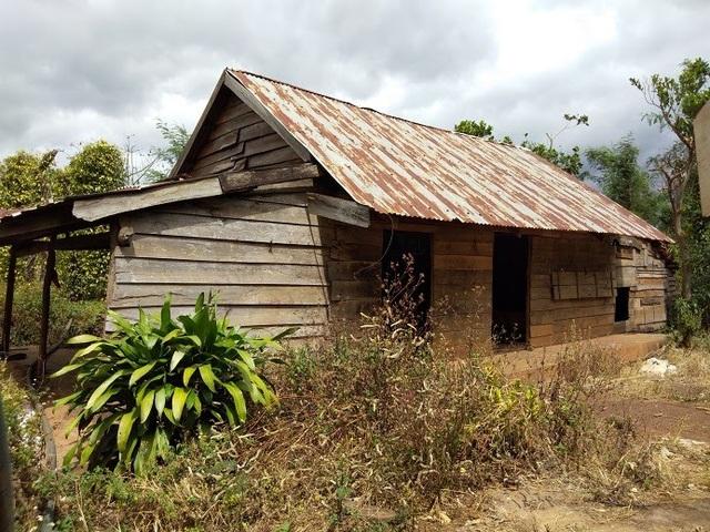 Nhiều căn nhà bỏ hoang, dân vỡ nợ nên bỏ xứ mà đi