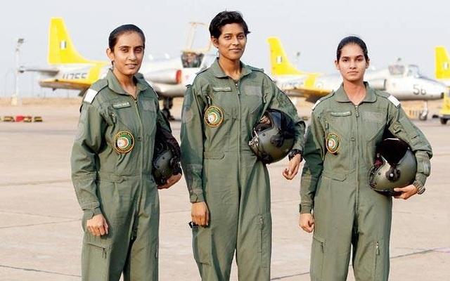 Avani Chaturvedi (phải) là một trong 3 nữ phi công đầu tiên được biên chế vào Không quân Ấn Độ từ năm 2016. Sau Avani, 2 nữ phi công còn lại là Mohana Singh và Bhawana Kanth cũng sẽ trải qua quá trình huấn luyện trước khi đạt đủ điều kiện lái máy bay chiến đấu một mình. (Ảnh: India Times)