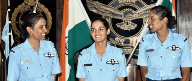 """""""Bất kỳ lực lượng không quân nào cũng được định hình dựa trên các máy bay chiến đấu. Giấc mơ của tôi là trở thành một phi công lái máy bay chiến đấu đủ giỏi để các chỉ huy của tôi có thể tin tưởng khi tôi tham gia các chiến dịch thực tế. Tôi muốn lái máy bay chiến đấu tốt nhất và sẽ học hỏi thêm từng ngày"""", Avani Chaturvedi (giữa) cho biết. (Ảnh: India Today)"""