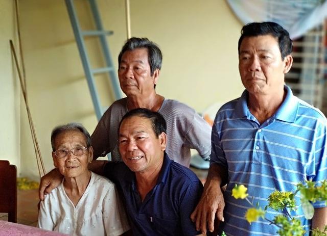 Ông Chóng trong ngày vui trở về quê hương sau 33 năm.