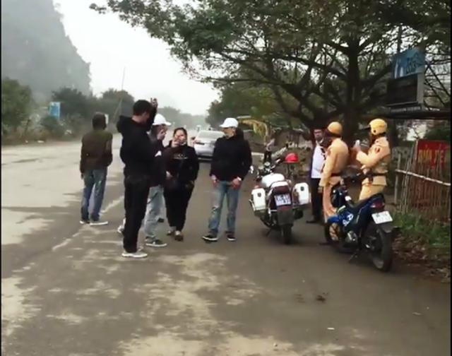 Công cùng nhóm bạn bất hợp tác, ngăn cản người thi hành công vụ khi bị dừng xe.